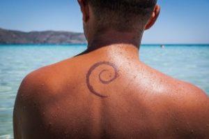 la rimozione tatuaggi durante l'estate è altamente sconsigliata perché la pelle potrebbe essere più sensibile all'esposizione dei raggi solari